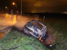 Uitgebrande auto in Waalwijkse sloot, bestuurder nergens te bekennen