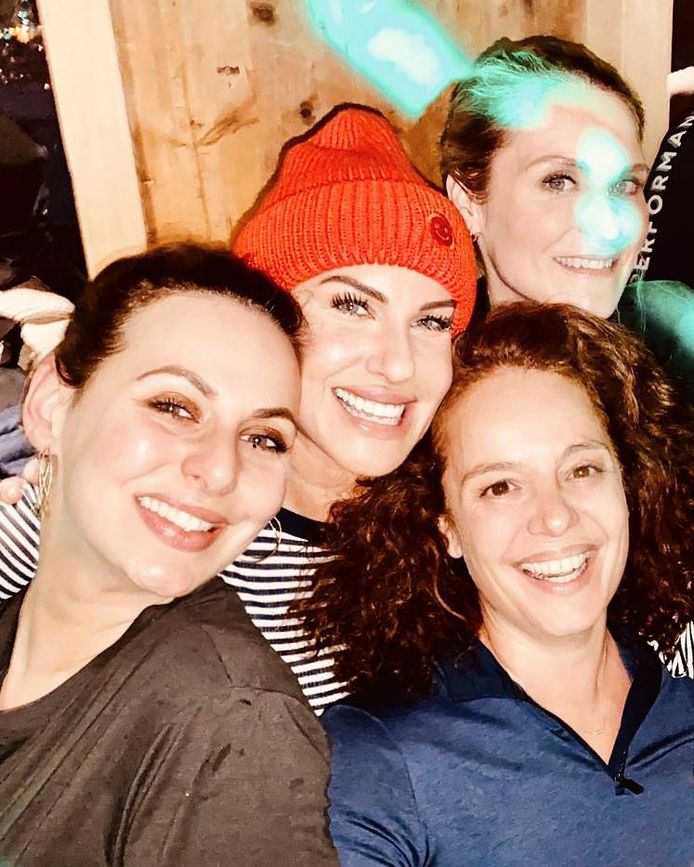 Malou (rechtsonder) en haar vriendinnen in de bar Mooserwirth. Ze werden allemaal ziek.