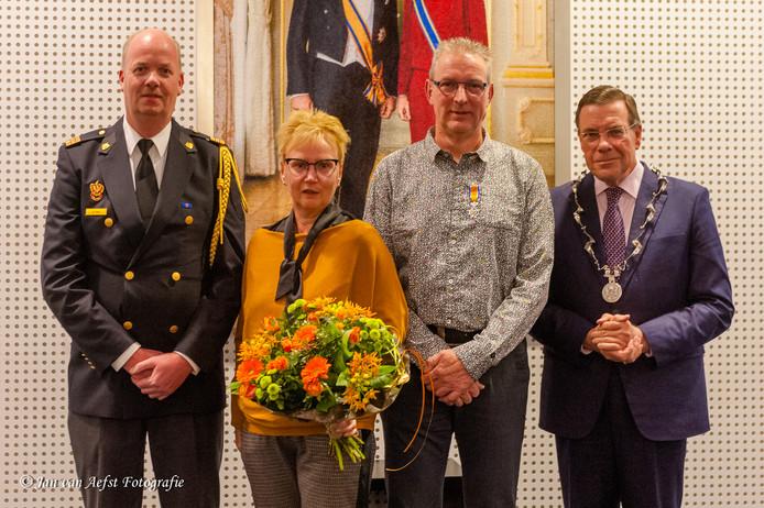 Bennie den Hartog (tweede van rechts) kreeg gisteravond een koninklijke onderscheiding