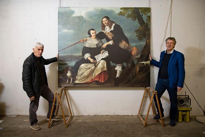 Kees Moerbeek (l) maakte een digitale restauratie van het schilderij van Hendrick Heuck en zijn vrouw, met gierpont op de Waal bij Nijmegen. Rechts op de foto mede-initiatiefnemer Eric Brouwer.