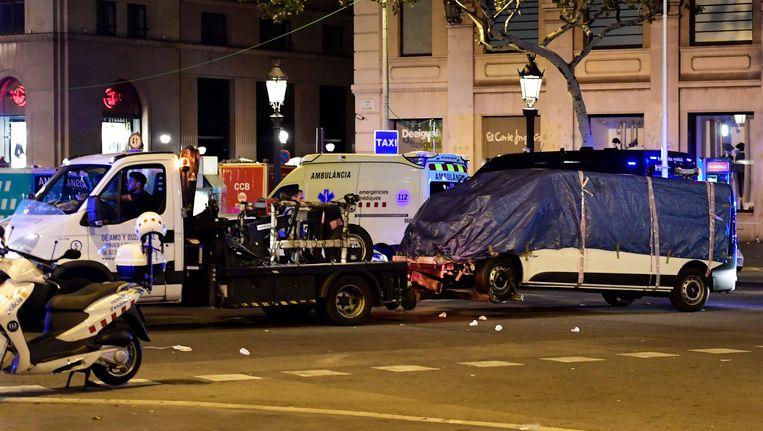 De witte bestelwagen die dood en vernieling veroorzaakte op de Ramblas in Barcelona, wordt weggesleept.