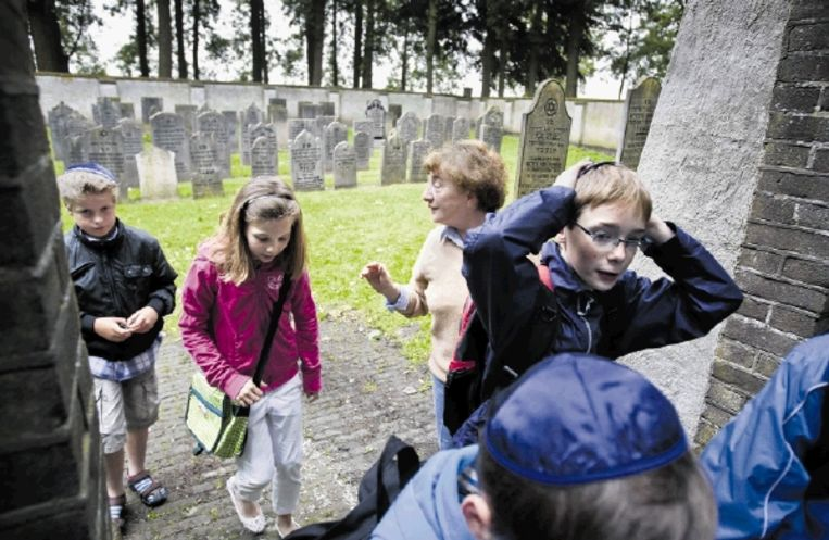 Groep 6 en 7 van basisschool Het Octaaf bezoeken de Joodse begraafplaats van Elburg met een medewerkster van het museum. Jongetjes moeten een keppeltje op. (FOTO HERMAN ENGBERS ) Beeld