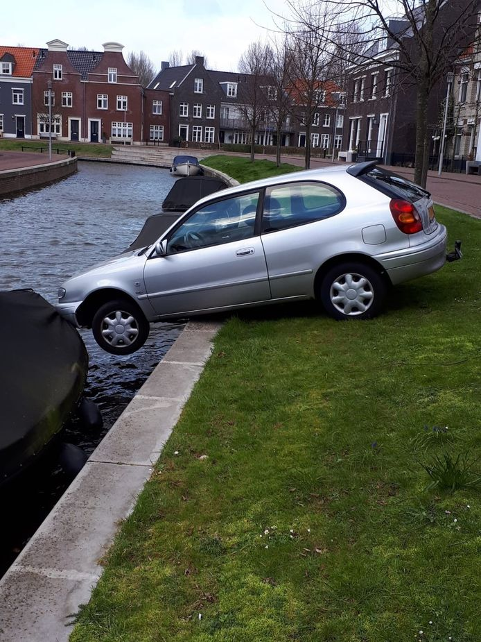 De auto werd door de boot gered.