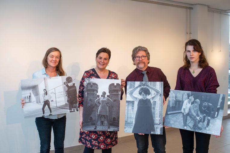 Jo de Groote en Anke Van haesendonck (rechts), samen met cultuurfunctionaris Ellen Wezenbeek (links) en schepen van Cultuur Inge De Ridder (N-VA), bereiden de tentoonstelling voor.