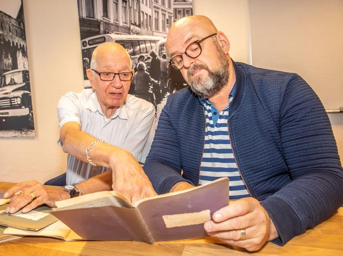 HCO-onderzoeker Paul Harmens (rechts) bekijkt de dagboekjes van Reindert van Wiffelen uit Zwolle. Zijn zoon Guus (links) heeft de elf schriftjes overgedragen aan het Historisch Centrum Overijssel.