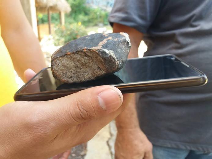 De stenen zijn zwart van buiten en licht aan de binnenkant.