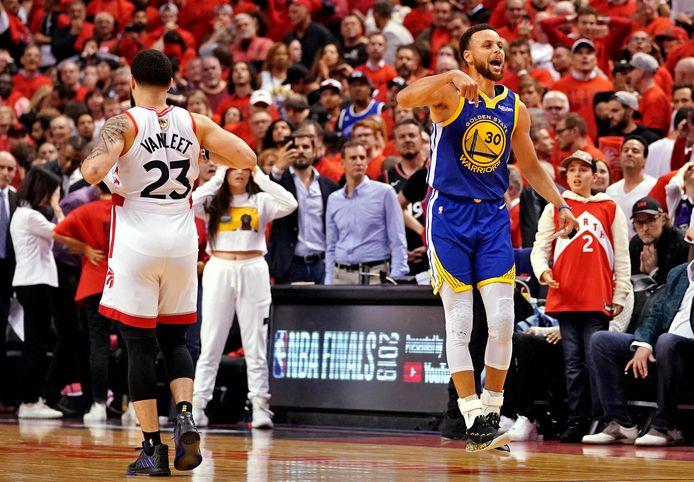 Sterspeler Stephen Curry (r) viert de nipte zege van de Warriors in wedstrijd 5.