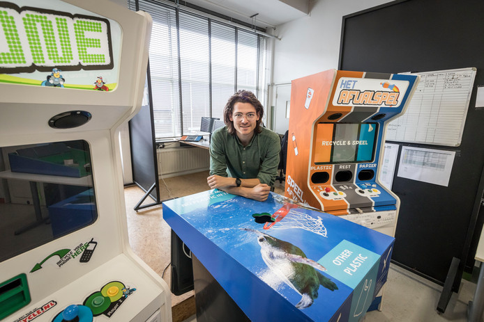 Joris Petterson in de werkplaats van E-waste Arcades bij zijn afvalbakken voor afvalscheiding.