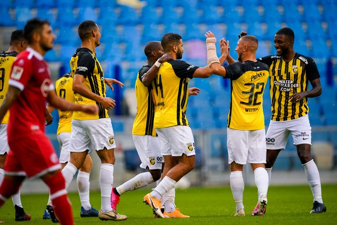 Vitesse viert de goal van Oussama Tannane (midden).