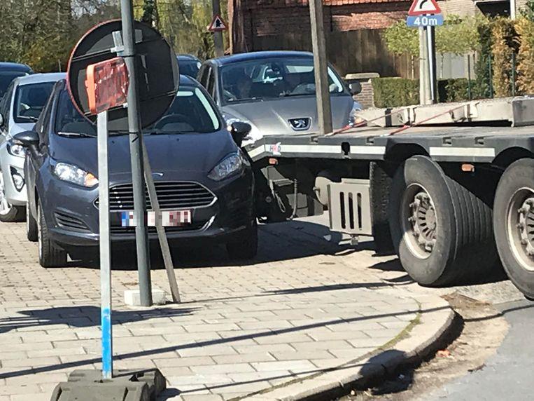 De geparkeerde wagen liep schade op, maar was nog rijvaardig.
