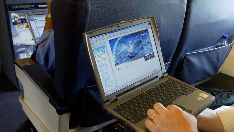 Laptopgebruik aan boord van een vliegtuig. Beeld ap