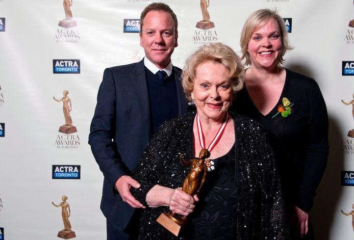 Shirley Douglas (midden) met haar kinderen Kiefer en Rachel Sutherland in 2013.