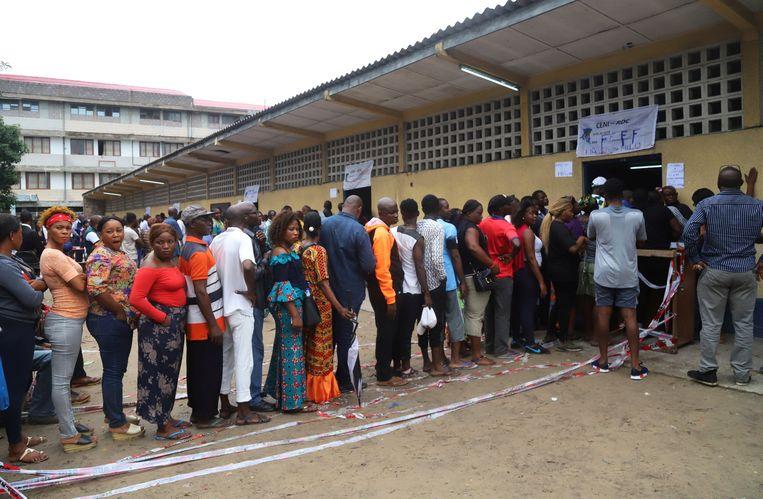 Kiezers schuiven aan bij een kiesbureau in Kinshasa.