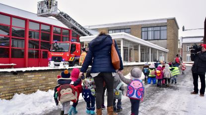 VIDEO: School neemt geen risico na loshangende plafondtegel onder besneeuwd dak: 300 kinderen geëvacueerd