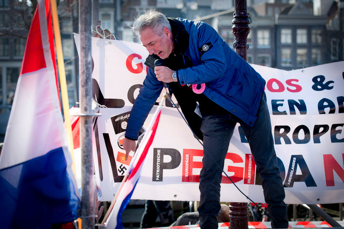 Voorman Edwin Wagensveld van de anti-islambeweging Pegida wijst tijdens een toespraak naar een hakenkruis.