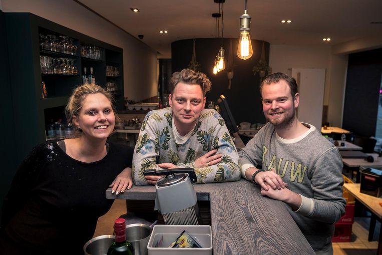 Uitbaters Evy Vermeiren en Carsten De Koning (r.), met nieuwe kracht Matti De Laet in lunchzaak Goesting.