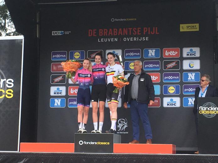 Maureen Arens (midden) wint de Brabantse Pijl voor nieuwelingen