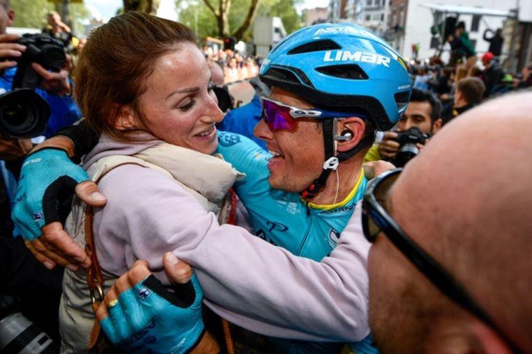 Jakob Fuglsang viert zijn overwinning in Luik-Bastenaken-Luik. Links zijn vrouw Loulou, die deze overwinning al voorspeld had. Beeld Belga