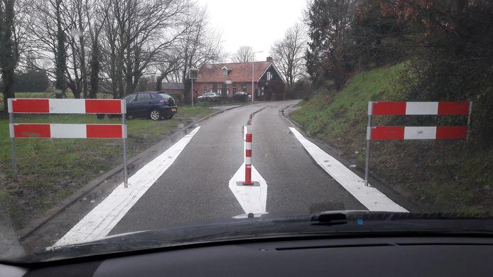 De Onderstal tussen Hoogerheide en Woensdrecht is sinds kort afgesloten voor auto's omdat het te vaak als sluiproute werd gebruikt. Sommige chauffeurs omzeilen het paaltje en de hekken echter door er via een zandpad omheen te rijden.