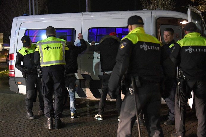 De politie verricht aanhoudingen in Cuijk vanwege Project X, vorige week vrijdag in Katwijk.