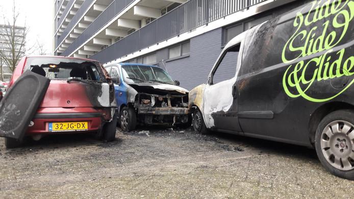 De uitgebrande auto's aan de Pomona.