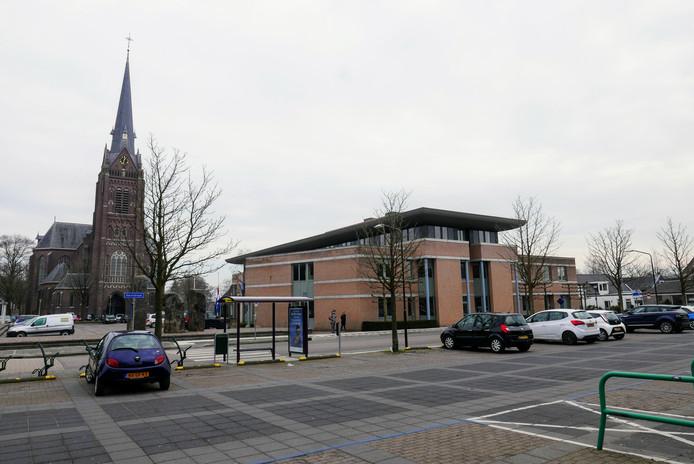 De opsplitsing van Haaren zal wel leiden tot grenscorrecties, verwachten de wethouder Van den Brand en Van den Dungen.