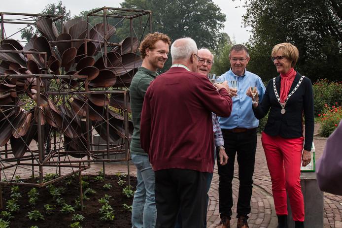 Het kunstwerk Dahlia-Allemansbloem. Geheel links ontwerper Rick Luttikhold, geheel rechts burgemeester Annette Bronsvoort. Naast haar voorzitter Herman ter Haar van de Stichting Bloemencorso Lichtenvoorde.