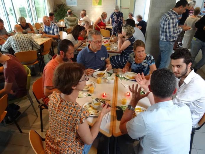 De ontmoeting met de statushouders in Prinsenbeek was geanimeerd en rijkelijk voorzien van Syrische gerechten. FOTO Ine Kleemans