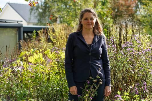 Annemiek van Dijk heeft in haar bloemrijke tuin een bijzonder vondst gedaan: de kleine dwergleemwesp. Het is de eerste keer dat de wesp in Nederland is gezien.