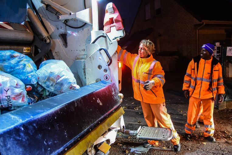 Minister Schauvliege - in gepaste outfit - tijdens haar pmd-ronde.