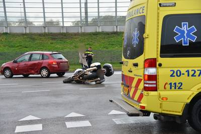 Auto en motor botsen tegen elkaar aan op Princenhagelaan in Breda