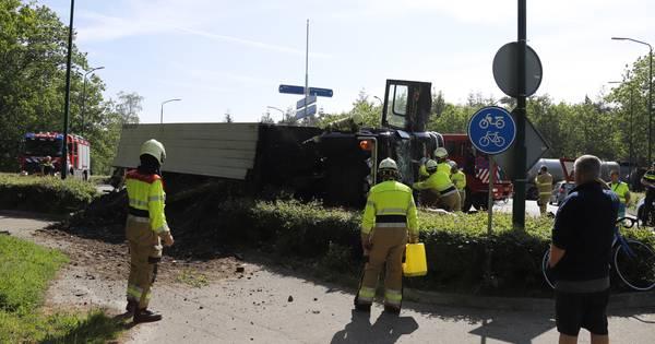 Weg tussen Uden en Haps dicht om gekantelde vrachtwagen, beknelde chauffeur bevrijd.