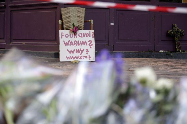Bloemen worden neergelegd bij restaurant La Casa Nostra. Beeld afp