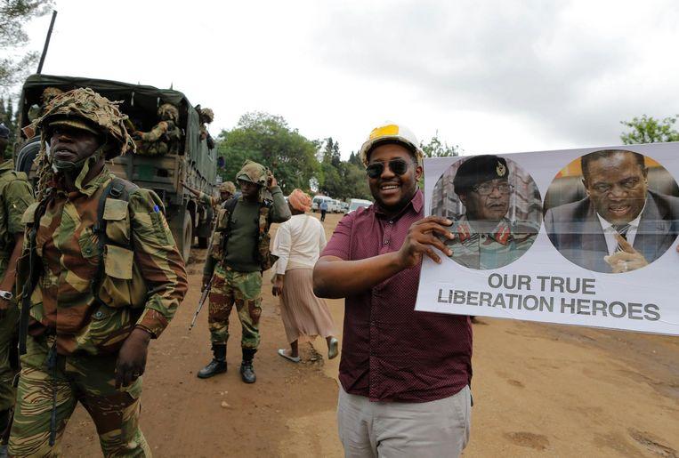 Mensen verzamelen tijdens een anti-Mugabe protestmars, met steun van het leger. Beeld ANP