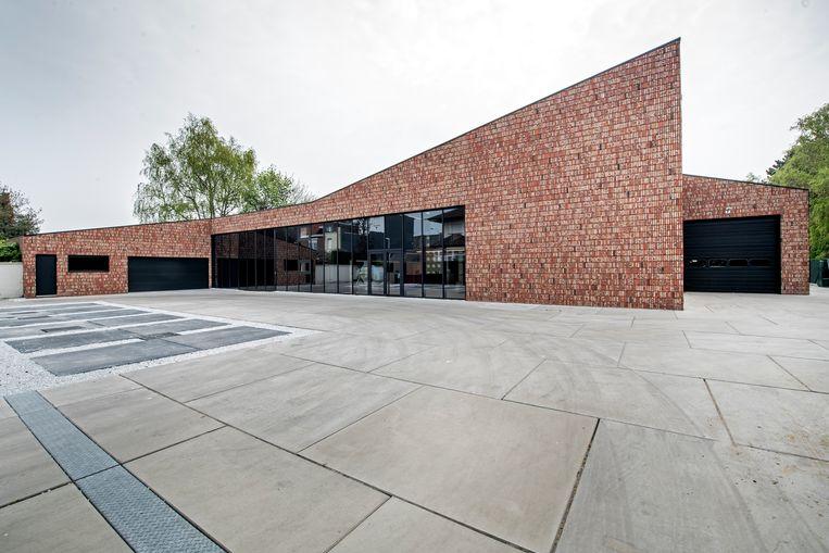 De oprit, de parkeerplaatsen en de eigenlijke vernieuwbouw, waar de kantoren en de kijkwoning één geheel vormen.