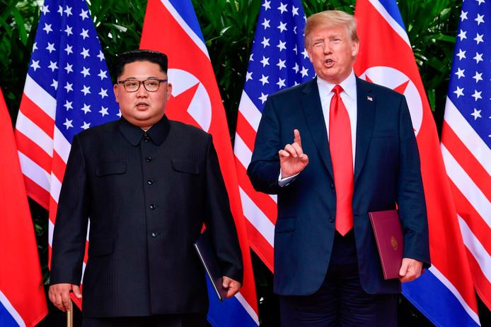 Kim en Trump spreken de pers toe na het ondertekenen van hun akkoord in Singapore.