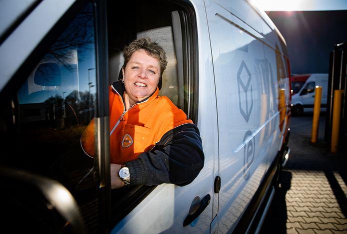 Claudette vertrekt met een volgeladen wagen bij het sorteercentrum in Dordt