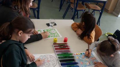 Kinderen blijven massaal thuis: lege secundaire scholen en amper leerlingen in basisonderwijs