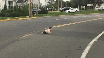 Bestuurder spot baby die over drukke straat kruipt in New Jersey