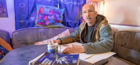 Man kampeert voor straf op zijn eigen erf, want hij mag zijn huis niet meer in
