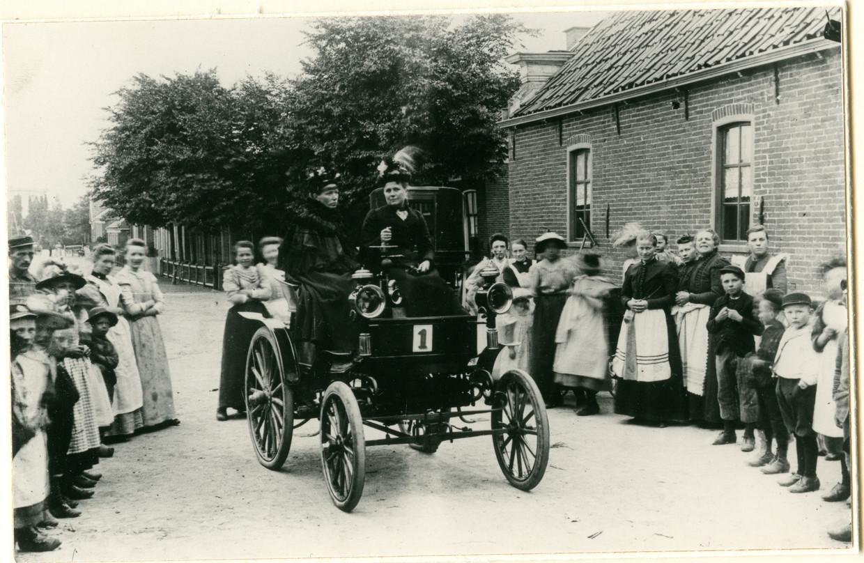 De Lutzmann-automobiel in Zoutkamp, met kenteken '1'. Beeld Groninger Archieven