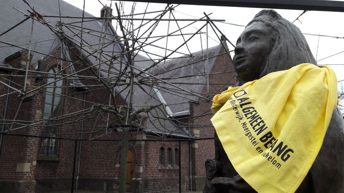 Onderdeel van de Algemeen Belang-campagne: sjaaltjes om beelden hangen, zoals dat van Ermelindis naast de kerk van Moergestel