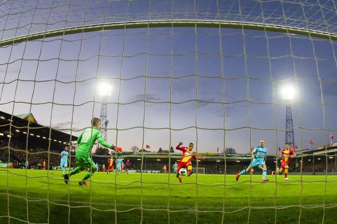 GA Eagles speler Jarchinio Antonia (m) scoort de 1-0, Feyenoord keeper Par Hansson (l) en Feyenoord speler Rick Karsdorp (r) zijn kansloos, doelpunt. Pro Shots / Erik Pasman