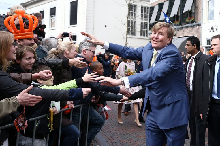 Koning Willem-Alexander begroet Oranjefans in Zwolle. Beeld getty