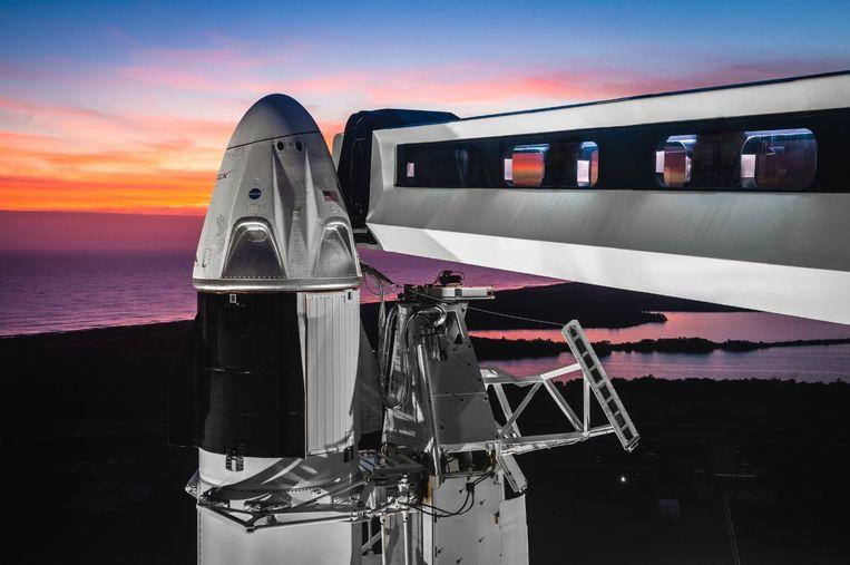 De Crew Falcon bovenop de Falcon 9-raket. Astronauten zullen in de toekomst via de uitschuifbare brug rechts in het toestel plaats kunnen nemen.
