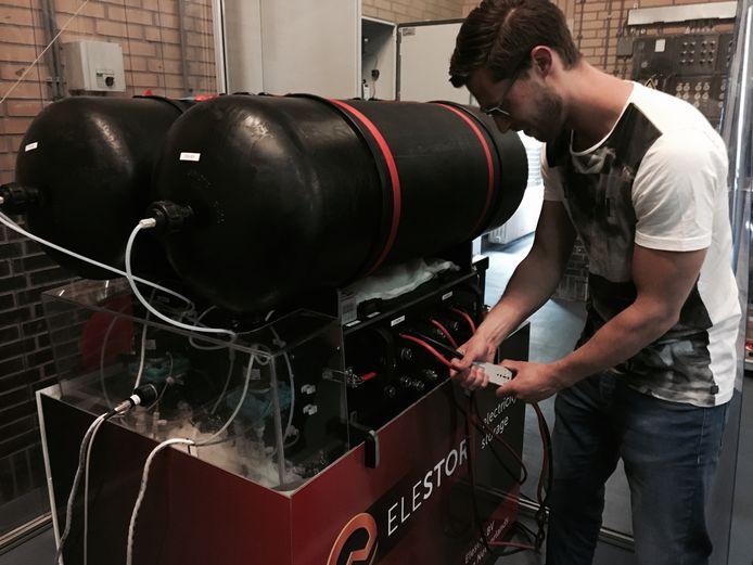 Bas van Drenth van Elestor bij een proefopstelling van een waterstofbromide flowbatterij.