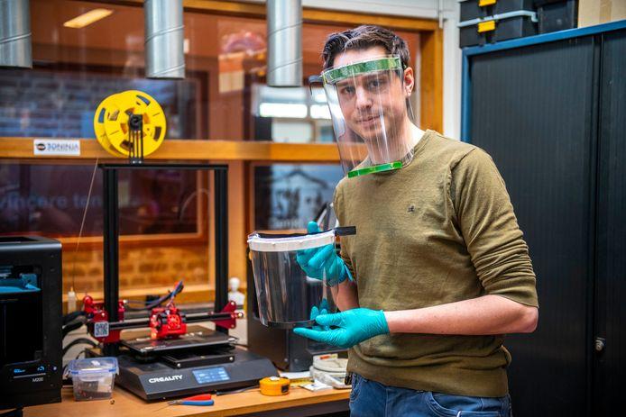 Alexander Bol maakt op de HZ 3D geprinte onderdelen voor spatmaskers die dienen als bescherming tegen het coronavirus.