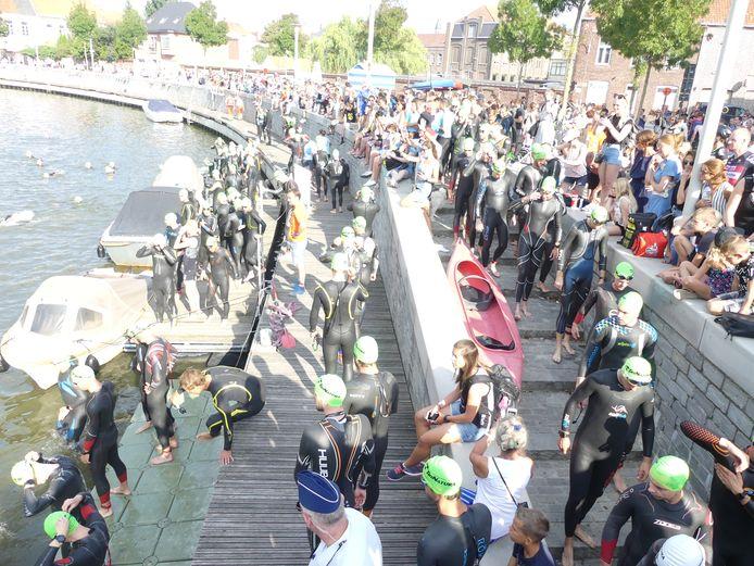 Heel wat supporters kwamen de triatleten aanmoedigen op de Leiedam.
