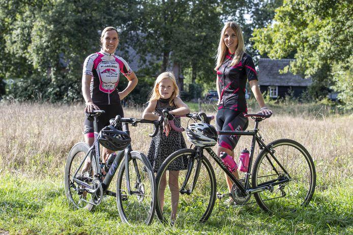 Marjan van der Voet (rechts) met dochtertje Amber en Suzanne Hankamp die meefietst in de strijd tegen taaislijmziekte.