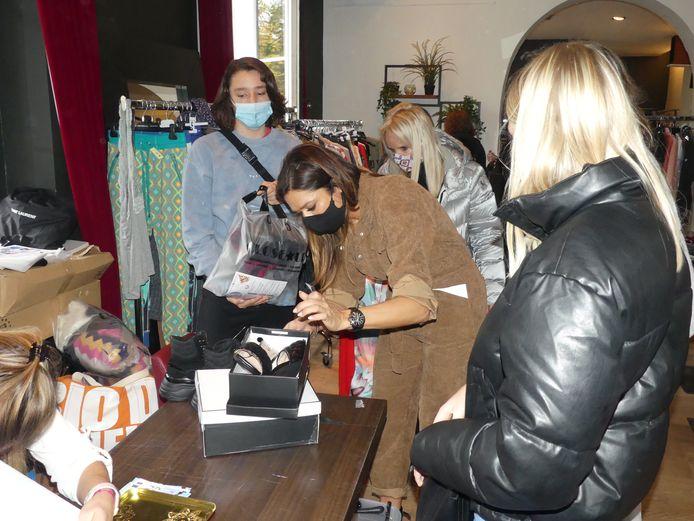 Valerie De Booser aan het werk tijdens de closet sale.
